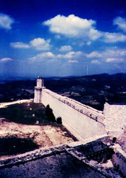 Pohled z velké věže k předsunuté věži