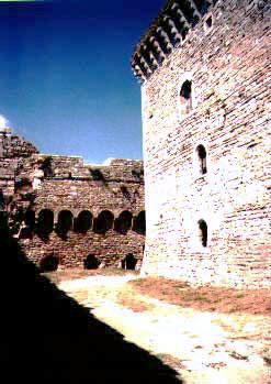 Prostor mezi palácem a hradbou
