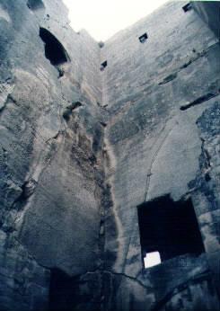 Pohled do útrob donjonu, podlahy se sice už zřítily, ale prostor je to se svou výškou impozantní